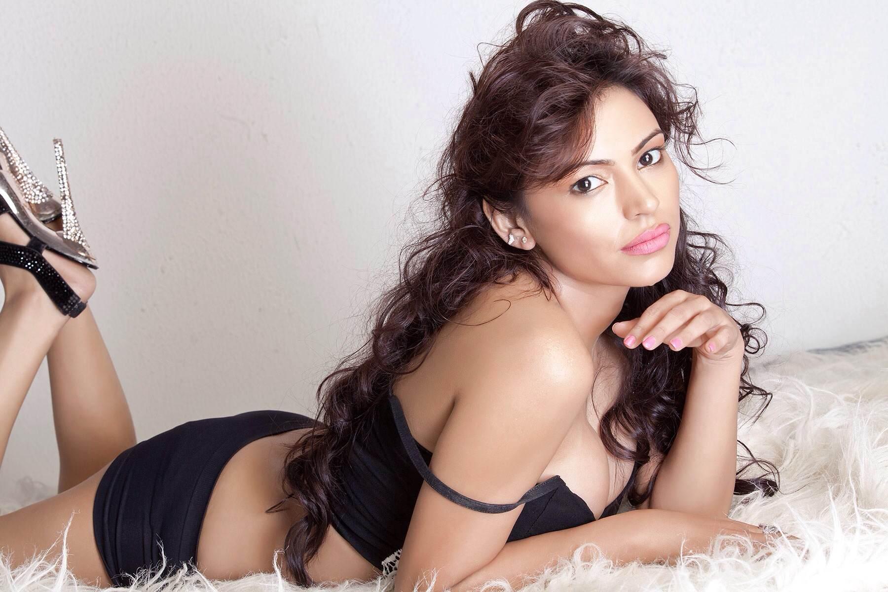 Actress Devshi Khanduri looks sexy in size zero black ...