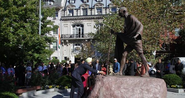 Ambassador Navtej Sarna paying floral tributes to the Mahatma Gandhi Statue in front of the Embassy on Monday, October 2, 2017