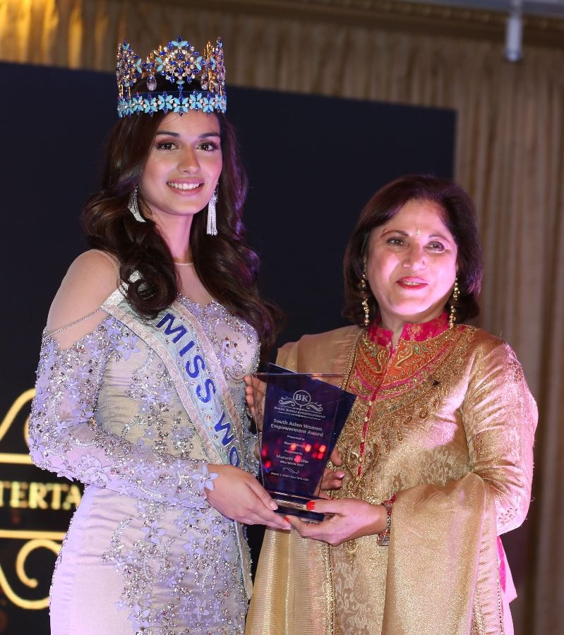 Neeta Bhasin receiving the award from Miss World 2017 Manushi Chillar