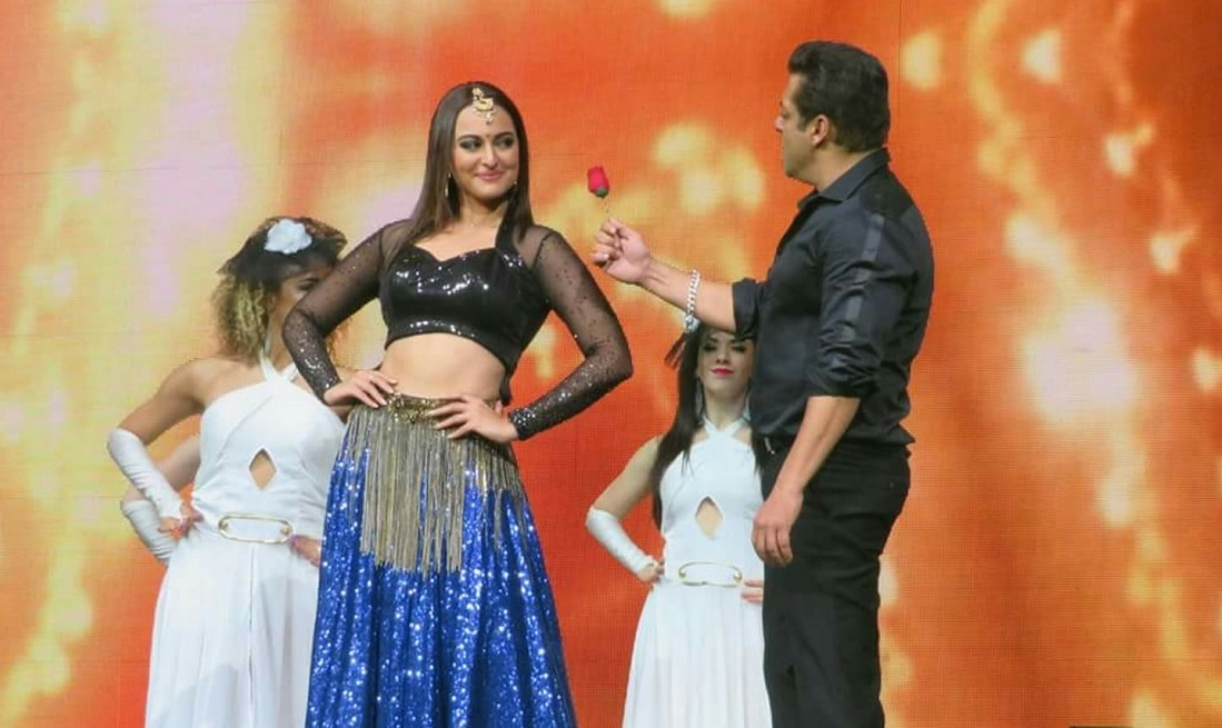 Salman Khan and Sonakshi Sinha recreate the magic of 'Tere mast mast do nain' at their concert in Washington, DC .