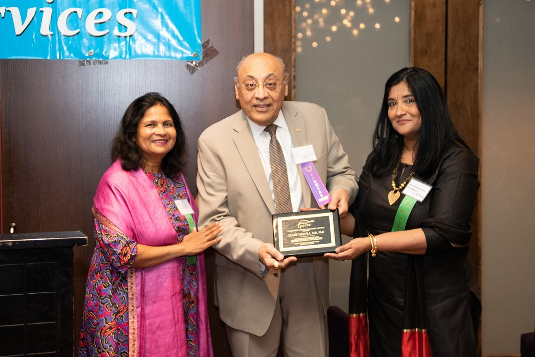 Dr. Jagat Narula receives an award from SACSS Vice President Devi Ramchandran